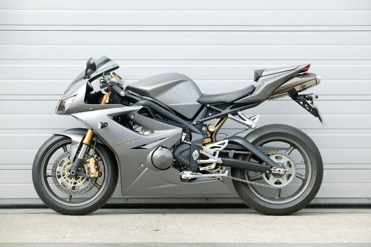 Road Test: Ducati 749 v GSX-R750 K6 v 67...   Visordown