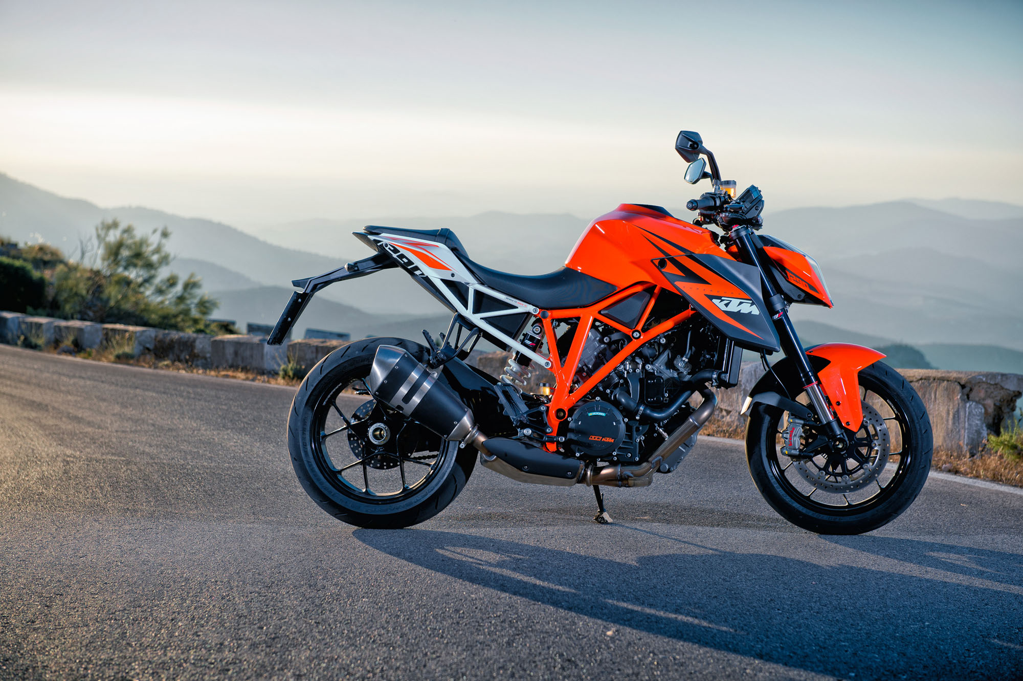 first ride ktm 1290 super duke r review visordown. Black Bedroom Furniture Sets. Home Design Ideas