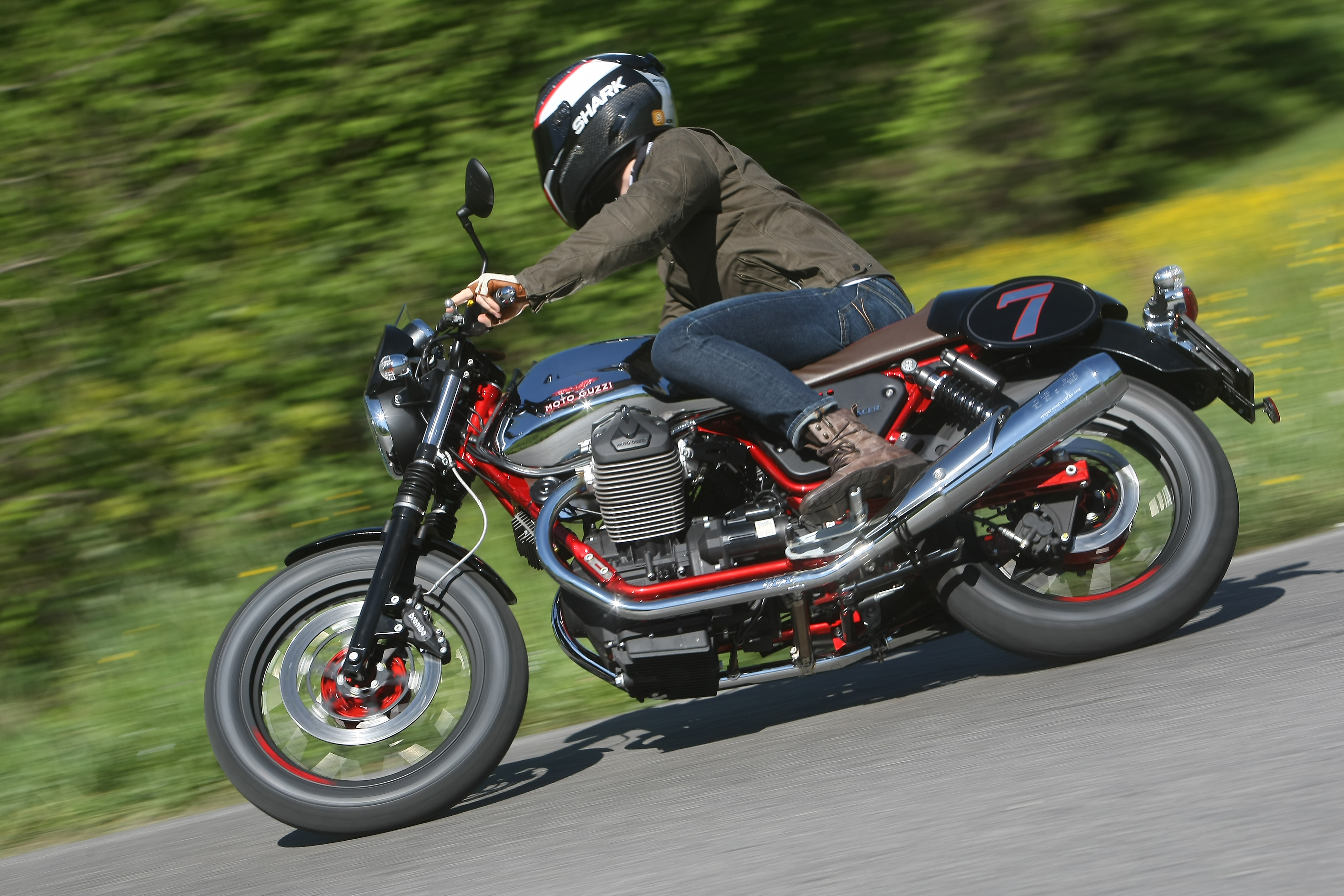first ride 2014 moto guzzi v7 review visordown. Black Bedroom Furniture Sets. Home Design Ideas