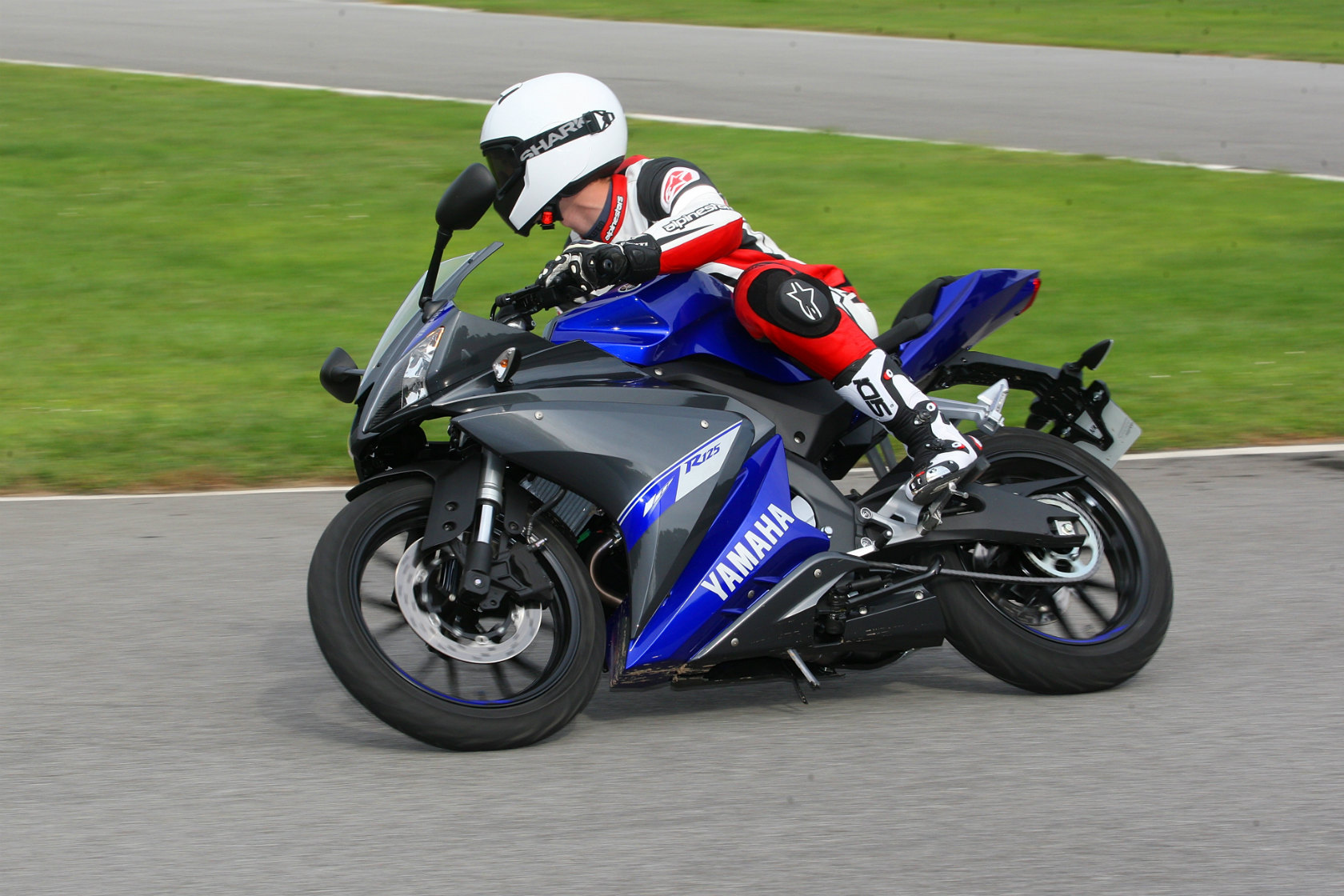 first ride 2014 yamaha yzf r125 review visordown. Black Bedroom Furniture Sets. Home Design Ideas