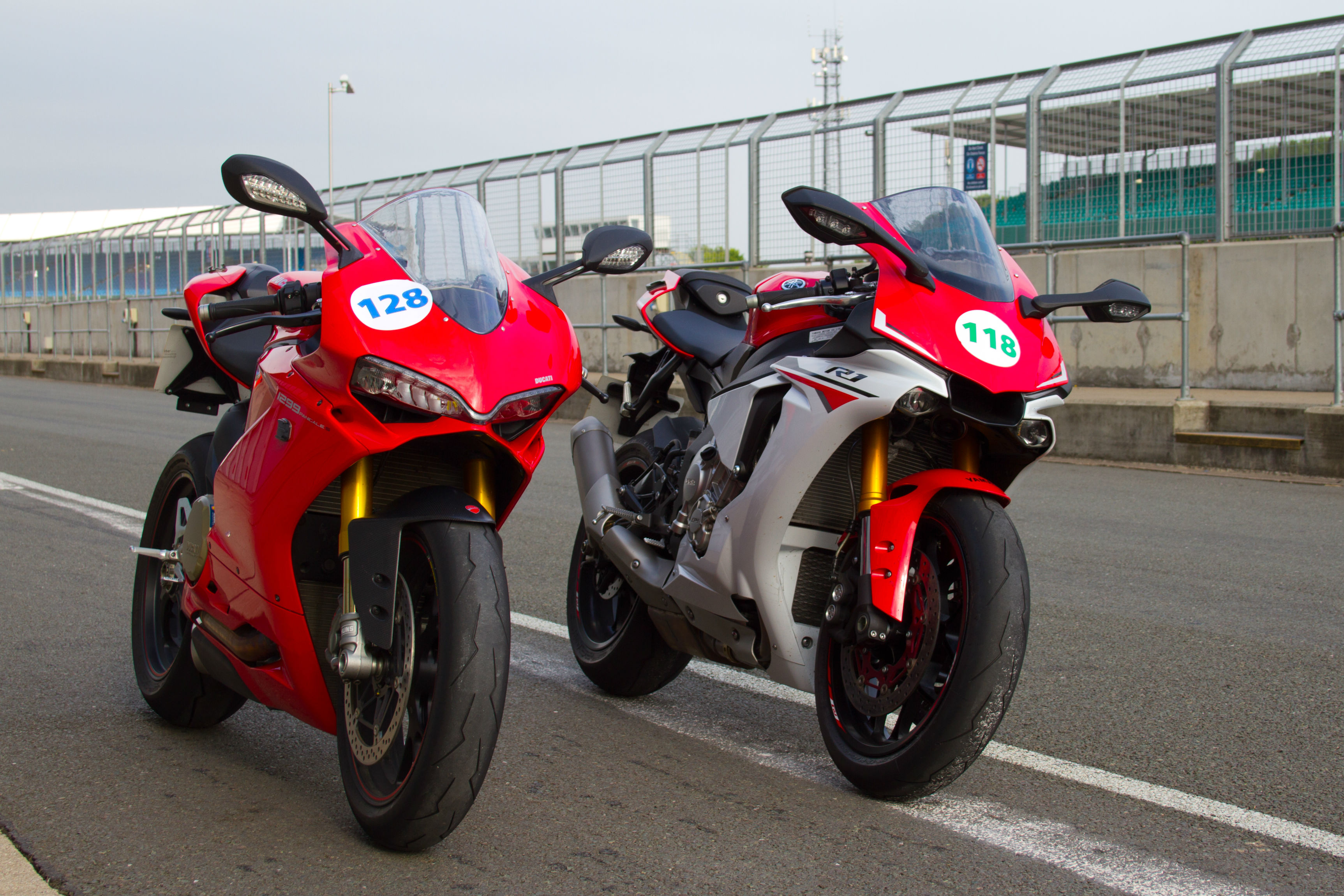 Back-to-back test: Yamaha R1 vs Ducati 1... | Visordown