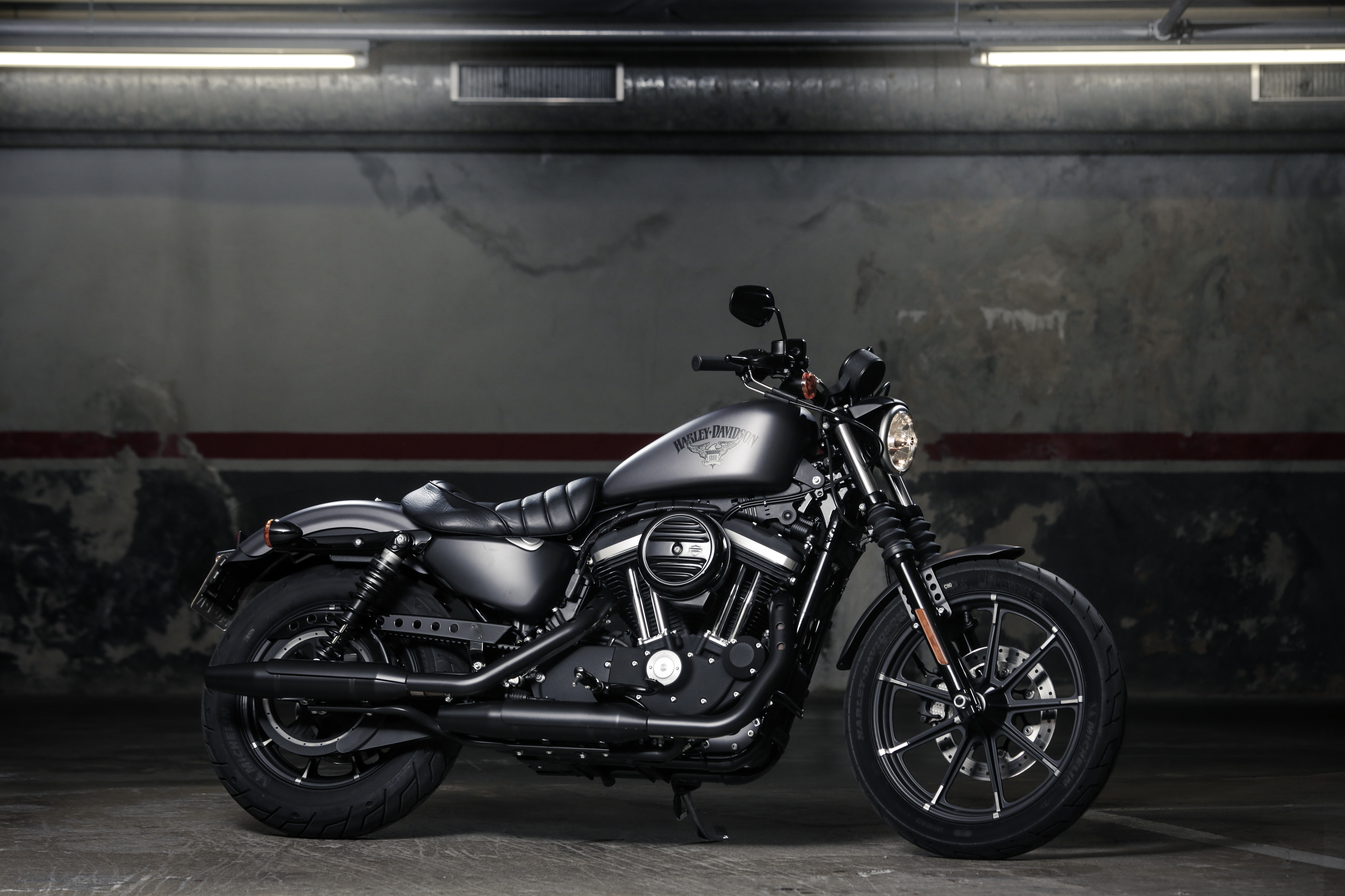 Harley Davidson Iron 833 >> First Ride Harley Davidson Sportster Iron 883 Review Visordown