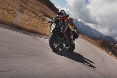 Video: KTM 1290 Super Duke GT in action