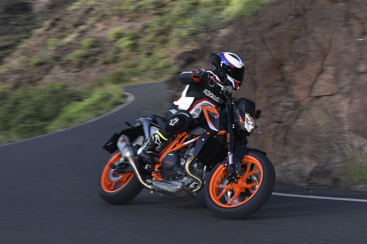 first ride ktm 690 duke and 690 duke r visordown. Black Bedroom Furniture Sets. Home Design Ideas