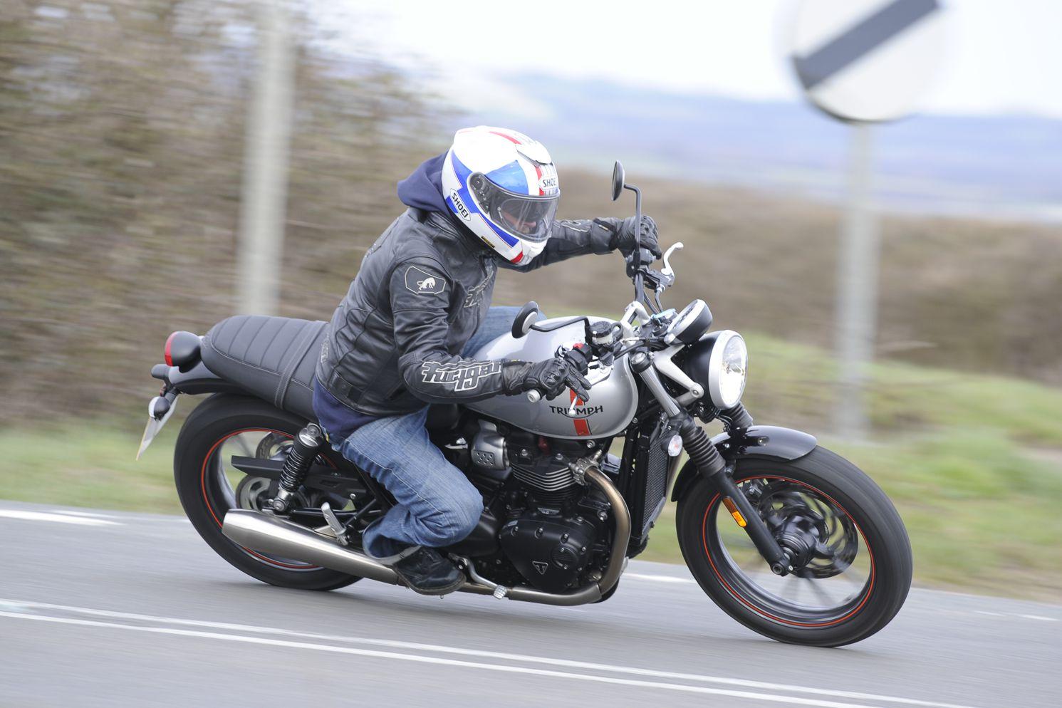 Triumph Street Twin Vs Ducati Scrambler