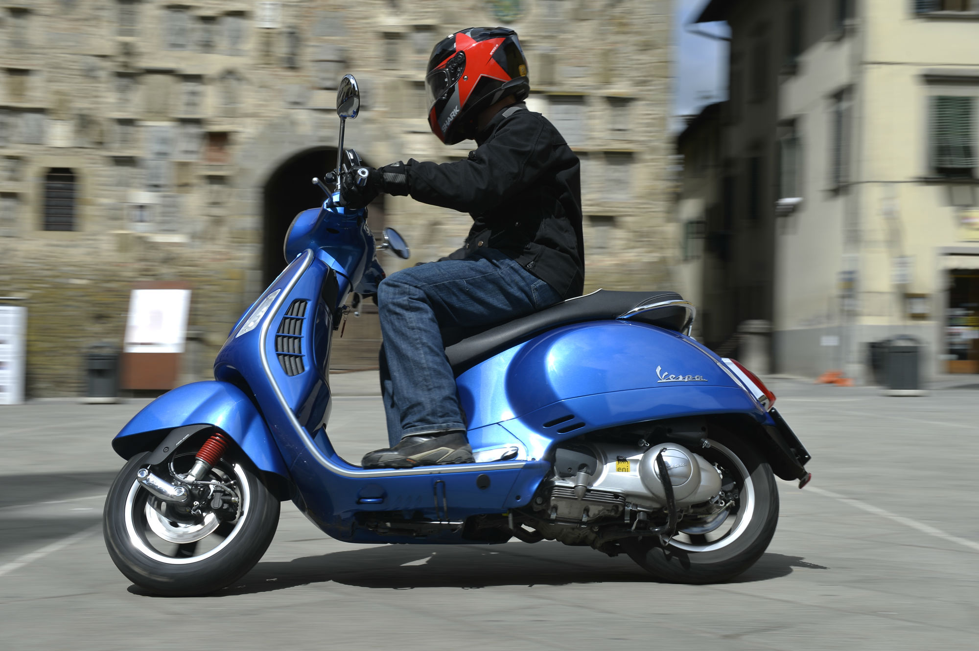 first ride vespa gts 300 super review visordown. Black Bedroom Furniture Sets. Home Design Ideas