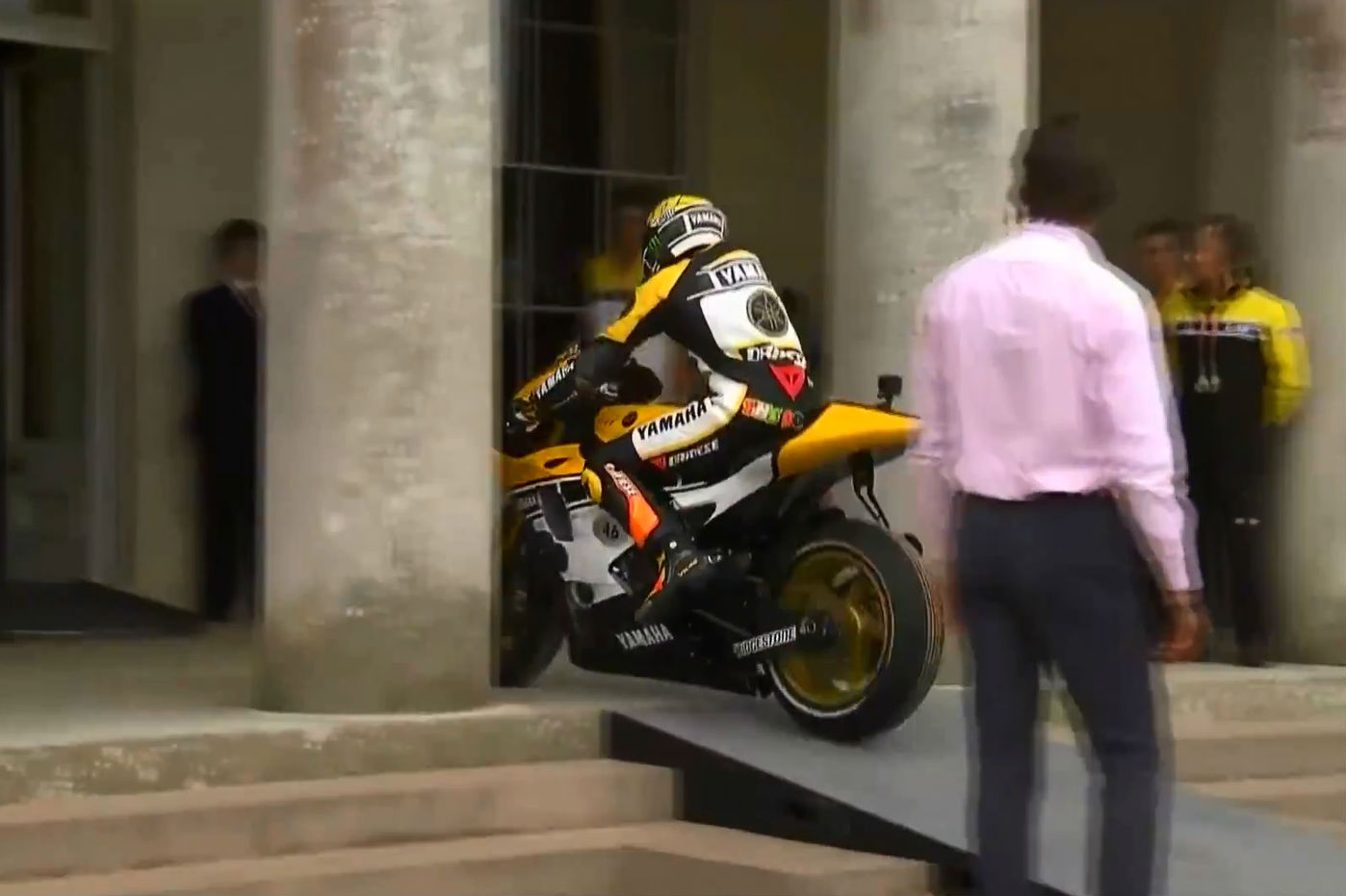 Valentino Rossi rides up steps and through doors of Goodwood House & Valentino Rossi rides up steps and throu... | Visordown