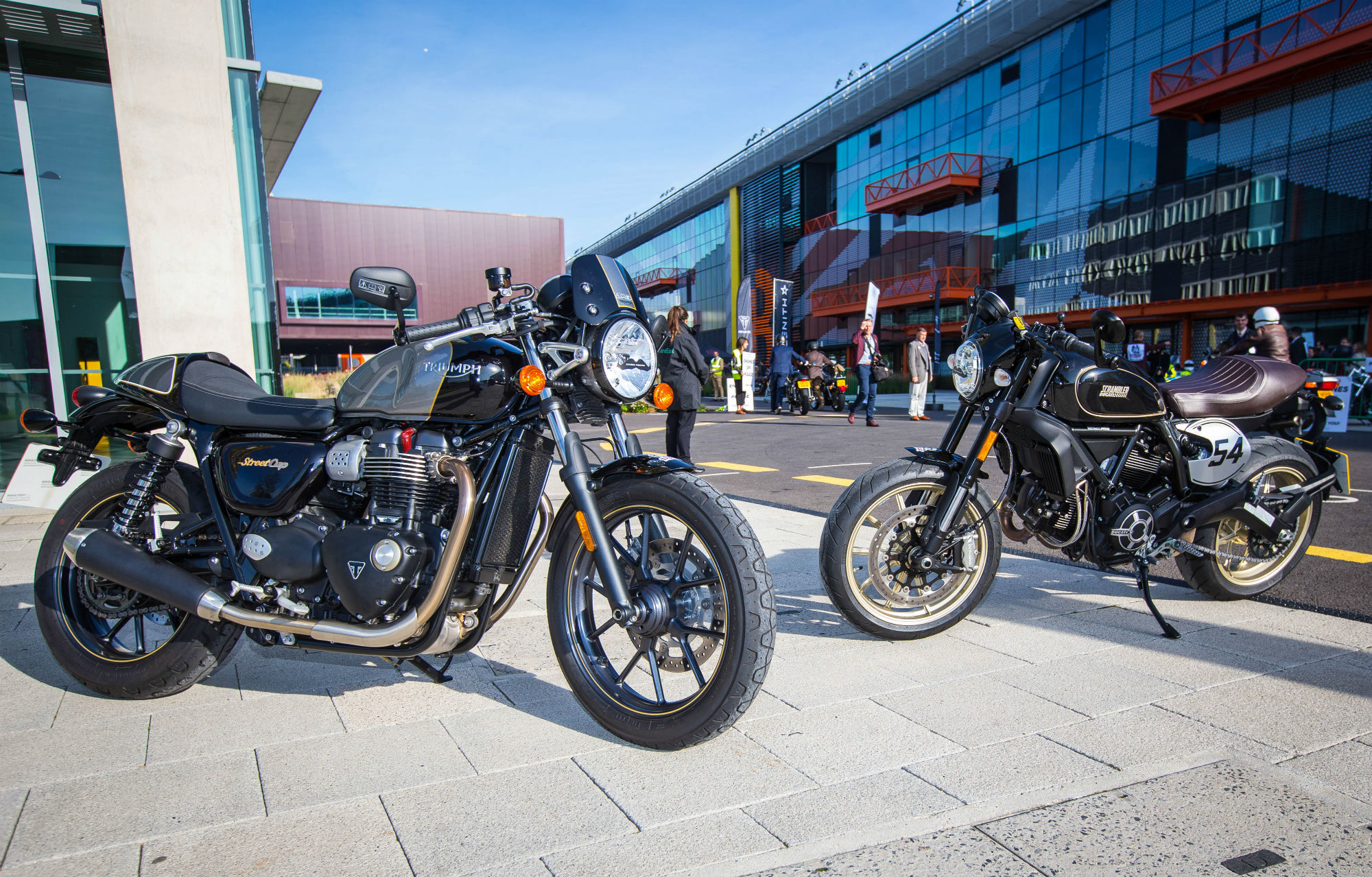 triumph street cup vs ducati scrambler c visordown. Black Bedroom Furniture Sets. Home Design Ideas