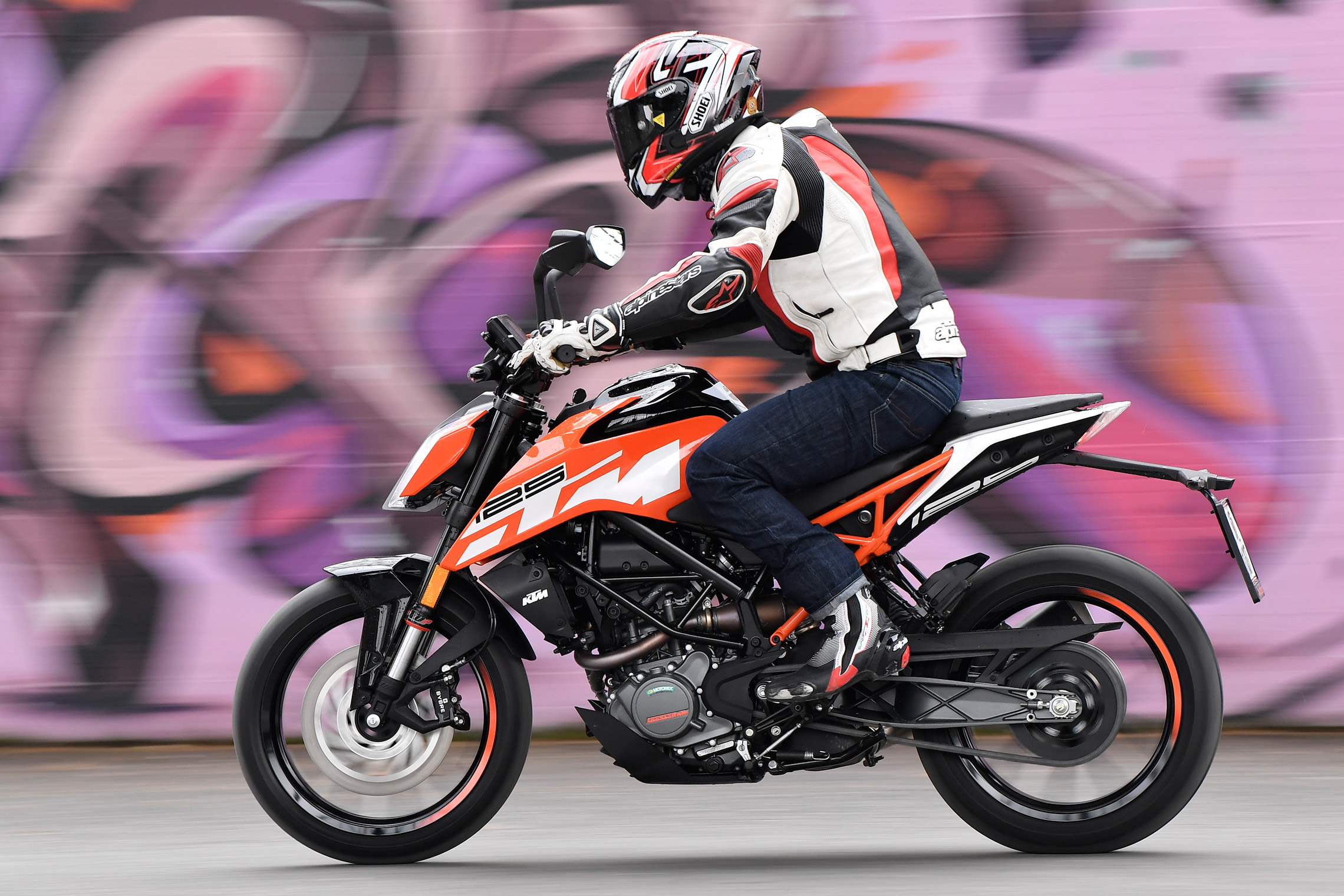 first ride ktm 125 and 390 duke review visordown. Black Bedroom Furniture Sets. Home Design Ideas