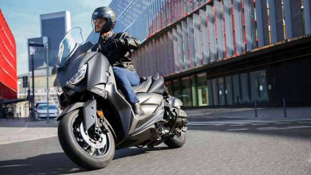 2020-Yamaha-XMAX400-EU-Sonic_Grey-Action-001-03.jpg