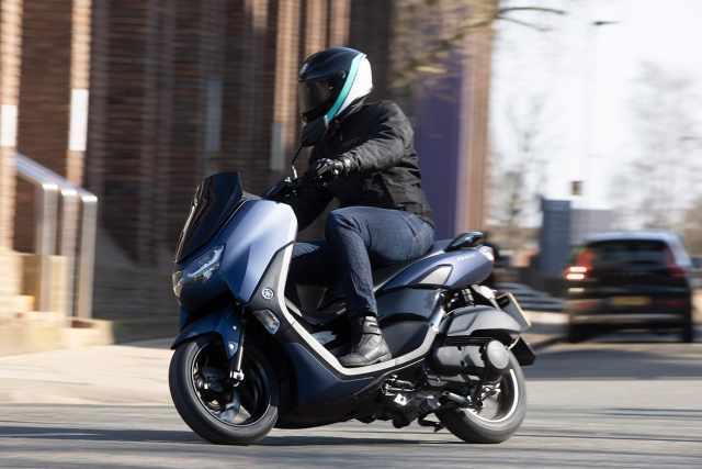 Yamaha NMAX 2021 town riding