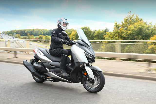 Yamaha XMAX 400 video review