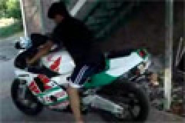 Video: Burnout wannabe trashes Dad's bike and car