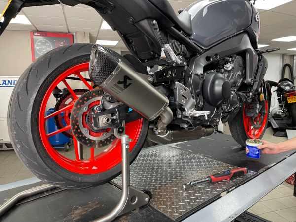 Yamaha MT-09 (2021) Akrapovič full system review