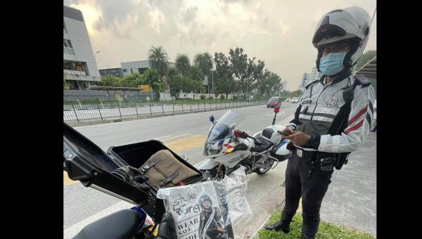 Singapore Police biker [credit: Lee Joonmin Facebook].png