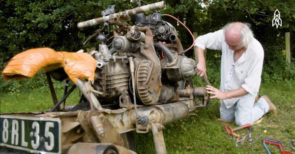 Man stranded in desert turns broken car into motorbike
